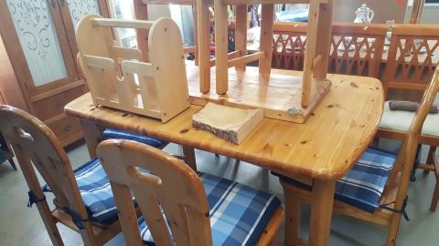 Esstisch mit Sesseln