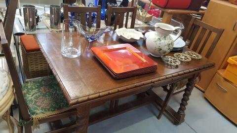 Esstisch, Sessel, Holz, braun, Teller, Fleischteller, Wasserkrug, Ton, Glas,