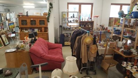 Sofa, Couch, Stoffbruch, Stoffsofa, rot, Mäntel, Kaffeetassen, Bilder,