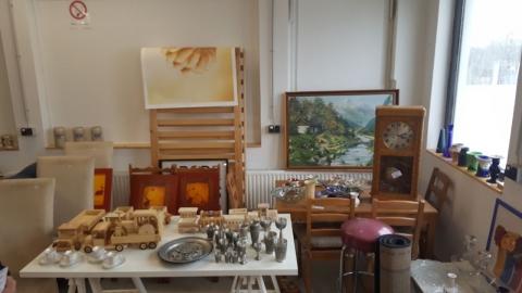 Holzspielzeug, Holzautos, Vasen, Bilder, Gemälde,