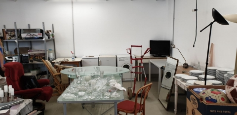 Tisch, Glastisch, Esstisch, Waschmaschine, weiss, Gläser, Wassergläser, Essgeschirr, Porzellangeschirr,